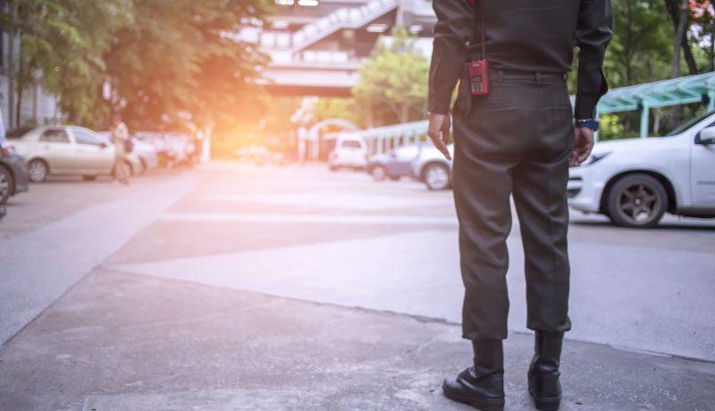 一个人站在街上